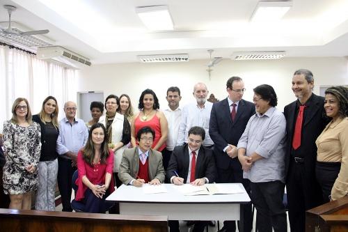 foto Prefeito Jamil e o Juiz de Direito Dr. Thiago Henrique Teles durante ato de assinatura